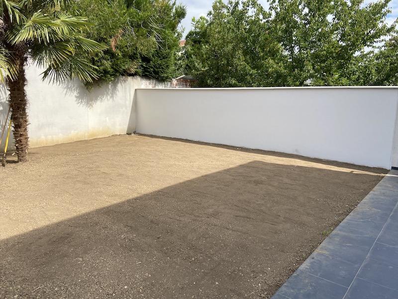 maçonnerie-paysagere-jardin-montage-mur-mitoyen-beton-ormesson-aidlib-paysagiste